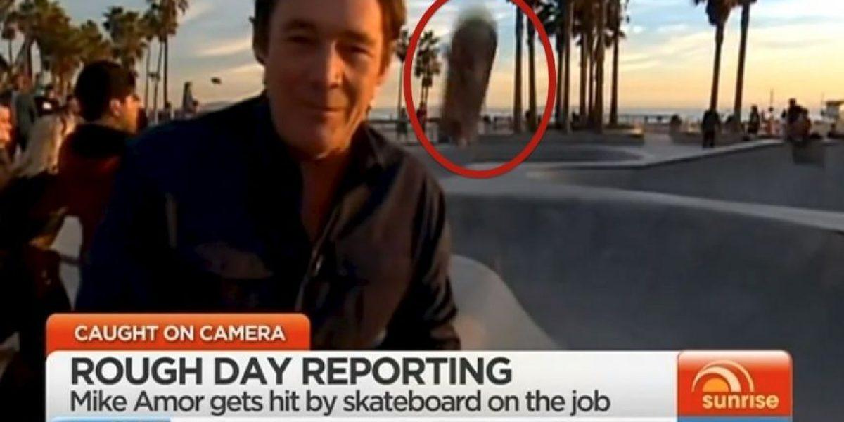 Graban momento en que reportero es golpeado por patineta en la cabeza