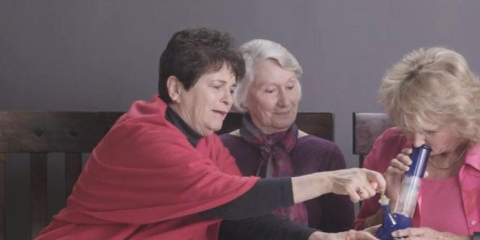 Se les enseñó a usar el aparato porque ni siquiera sabían qué hacer. Foto:Cut/Youtube