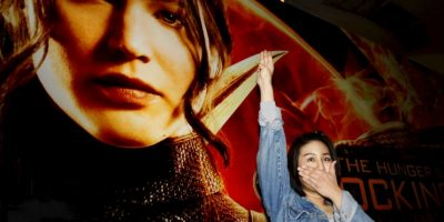 Joven hace el saludo de tres dedos a la salida del cine en Tailandia. Foto:AP