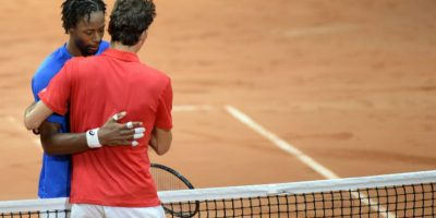 Monfils y Federer se despidieron con un abrazo. Foto:AFP