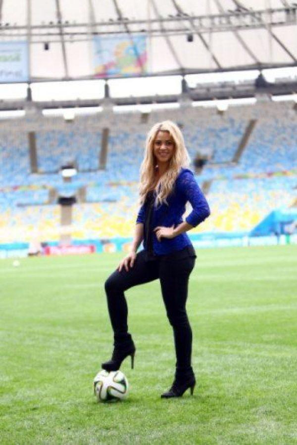 Shakira mide 1.57 metros de altura y pesa aproximadamente 56 kilogramos.