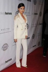 Selena Gomez mide 1.65 metros de altura y pesa aproximadamente 57 kilogramos.