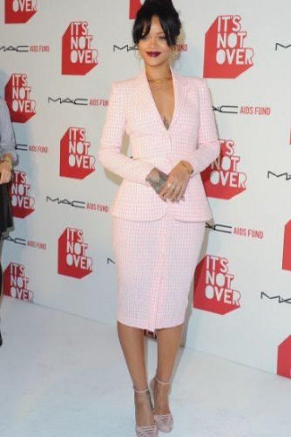 Rihanna mide 1.73 metros de altura y pesa aproximadamente 65 kilogramos.