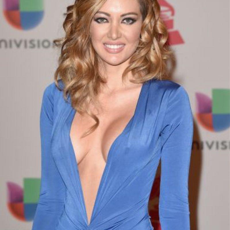 La presentadora venezolana lució su delgada figura con este vestido azul. Foto:Getty Images
