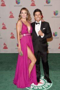 Además de mostrar sus piernas, la modelo y conductora chilena lució un provocativo escote Foto:Getty Images