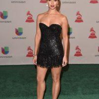 La actriz puertorriqueña lució un mini vestido de color negro Foto:Getty Images