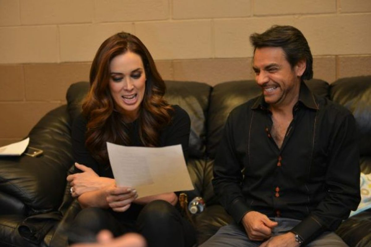Junto a Jaqueline Bracamontes, Eugenio Derbez se encargó de hacer reír al público de los Latin Grammy 2014 Foto:Twitter /Eugenio Derbez