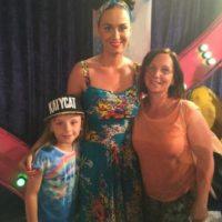 Aquí la cantante con sus primeros clientes australianos Foto:La nueva tienda de Katy Perry