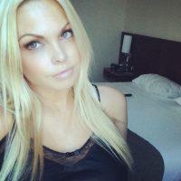 Jane mostrando su cuarto de hotel. Foto:instagram.com/sexyjessej