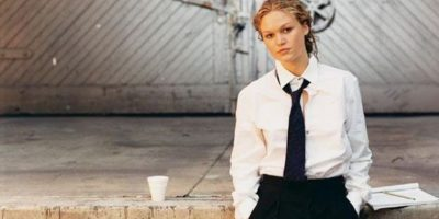 Julia Stiles fotografiada por Peter Lindbergh para la edición 2002. Foto:Pirelli