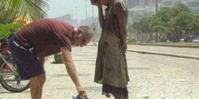 Un hombre dándole calzado a una desposeída en Río de Janeiro Foto:Tumblr