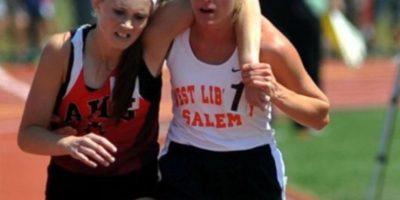Esta atleta ayuda a otra a terminar su carrera en 2007, en Ohio Foto:AP