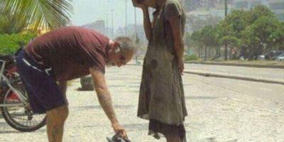 Este hombre da sus zapatos a una desposeída en Brasil Foto:Tumblr