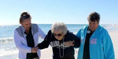 ¡Conmovedor! Anciana de 100 años ve el mar por primera vez en su vida