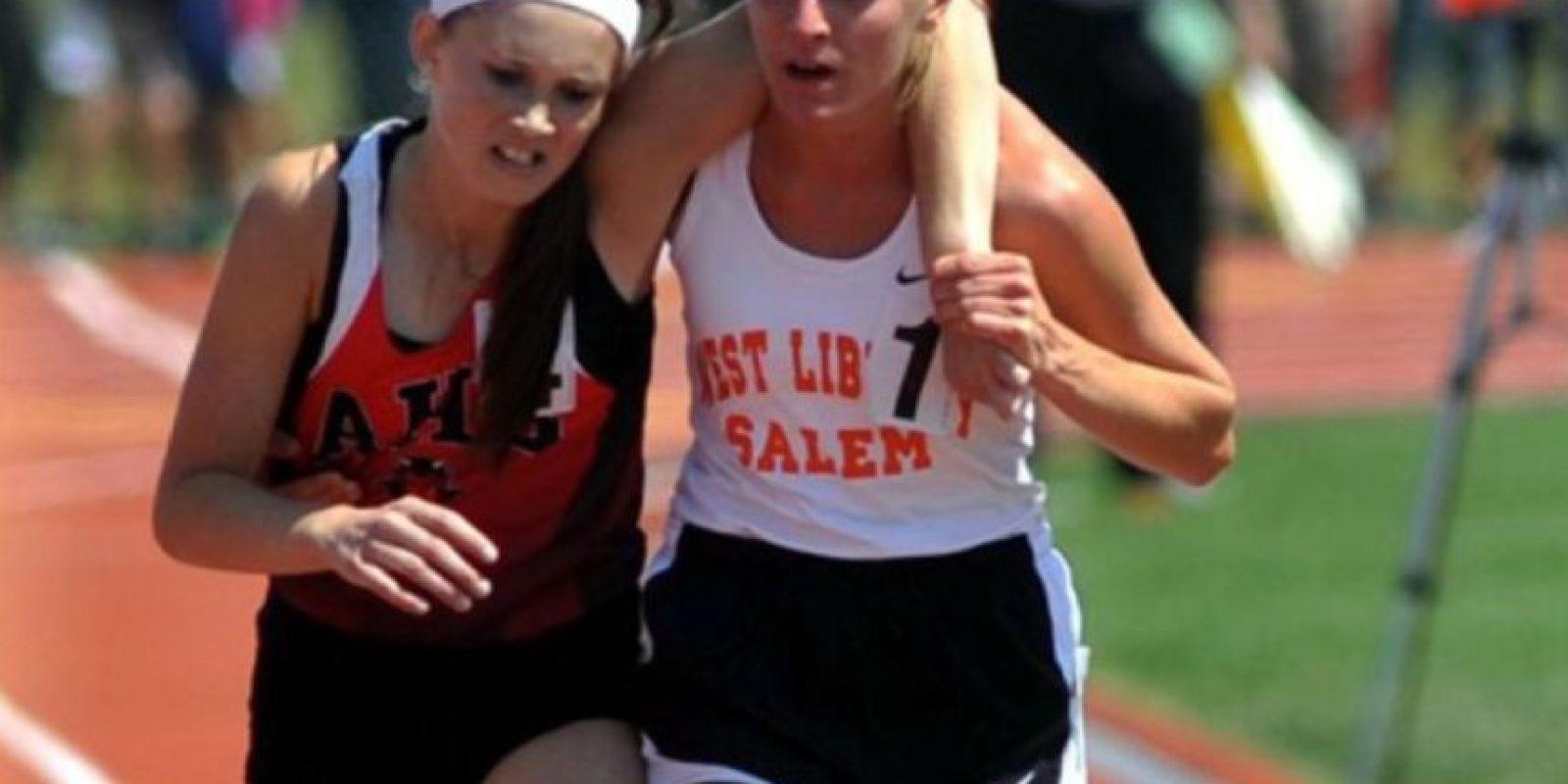 En Ohio, en 2007, esta atleta ayudó a otra a terminar su carrera Foto:AP