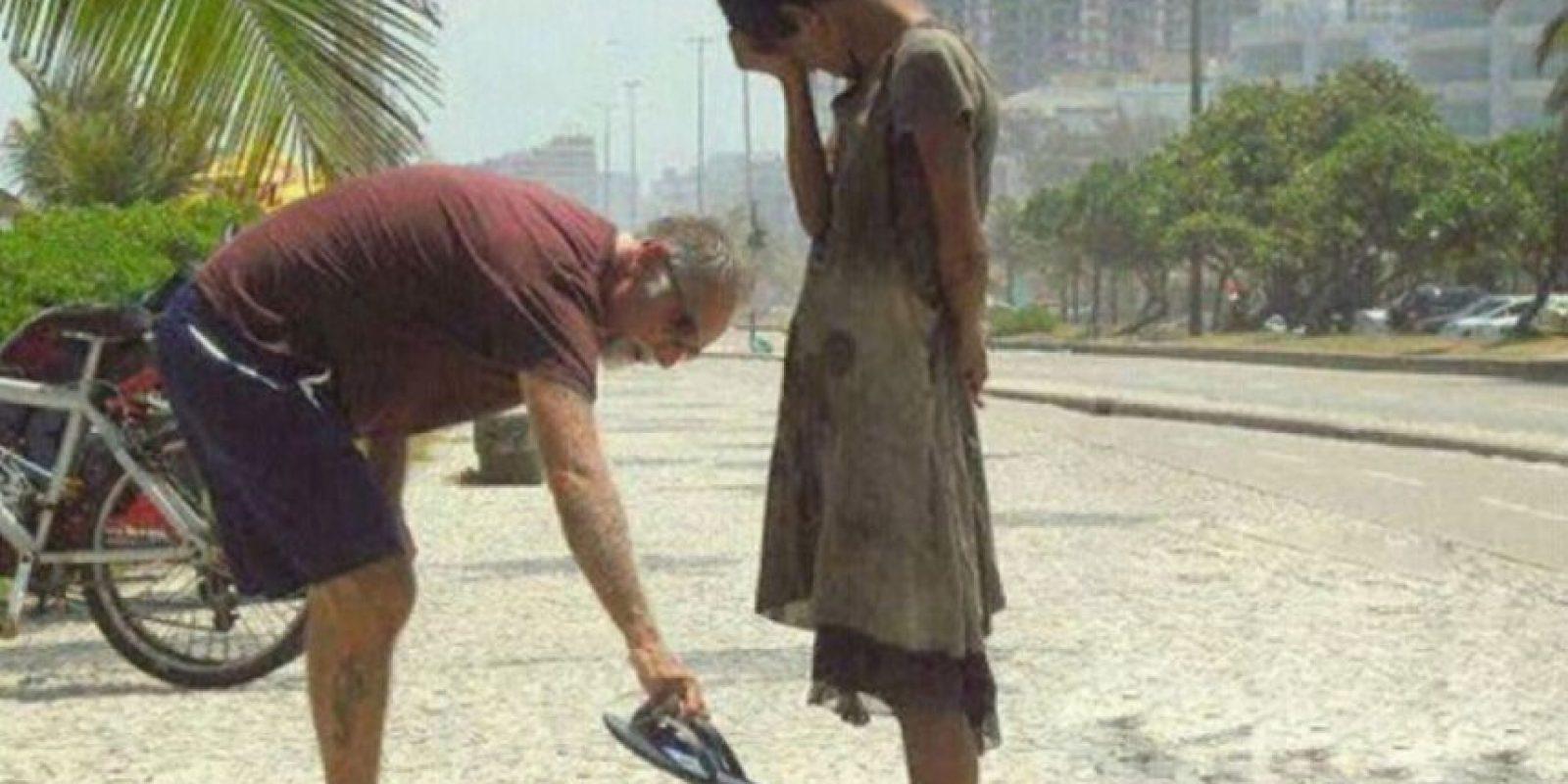 Un hombre dándole sus zapatos a una desposeída en Río de Janeiro Foto:Tumblr