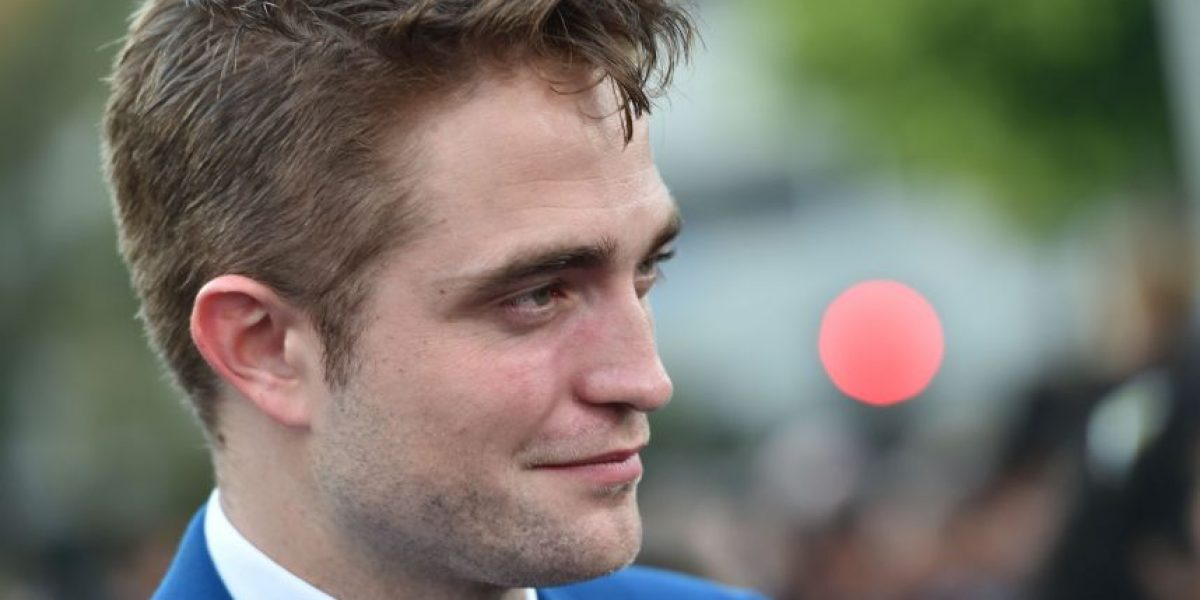 FOTO: Robert Pattinson se pasea con la mano en el trasero de su novia