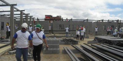"""""""Héroes"""" construyen escuelas para niños de escasos recursos"""