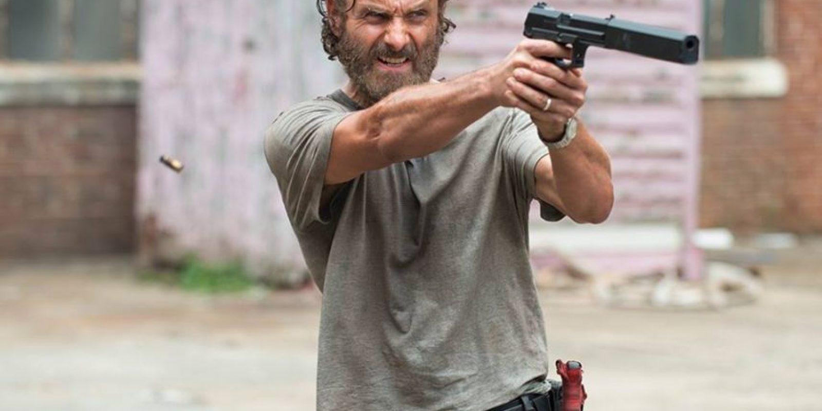 Rick estuvo en coma por un largo periodo, al despertar se encontró con un mundo lleno de zombis. A lo largo de la historia, Grimes se encarga de buscar a su familia y comprender la nueva realidad. Foto:Facebook/The Walking Dead
