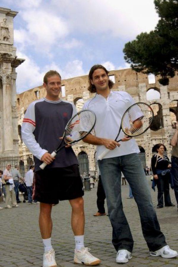 Los tenistas Roger Federer y Filippo Volandri de Italia posan frente al Coliseo en el año 2004 Foto:Getty Images