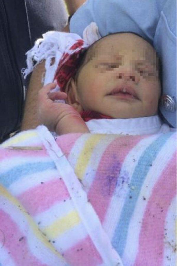 Foto del recién nacido cuando fue sacado de la alcantarilla Foto:AP