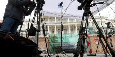 Diversos medios de comunicación se instalaron afuera del Palais Coburg, lugar de las conversaciones. Foto:AP