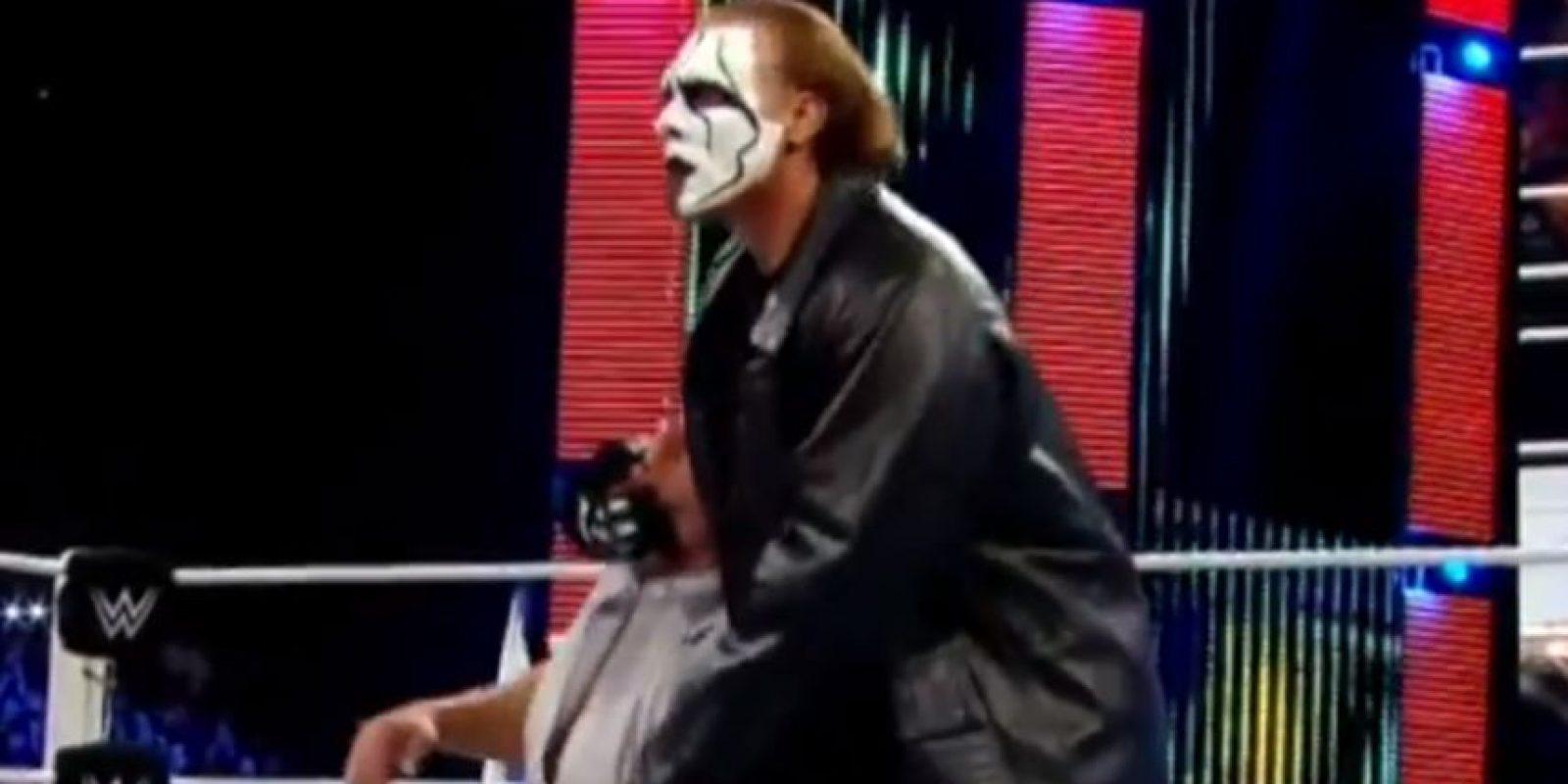 Y lo dejó noqueado en la lona Foto:WWE