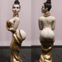 Su trasero es postizo y la pueden vestir de negro o dorado. Foto:herobuilders.com