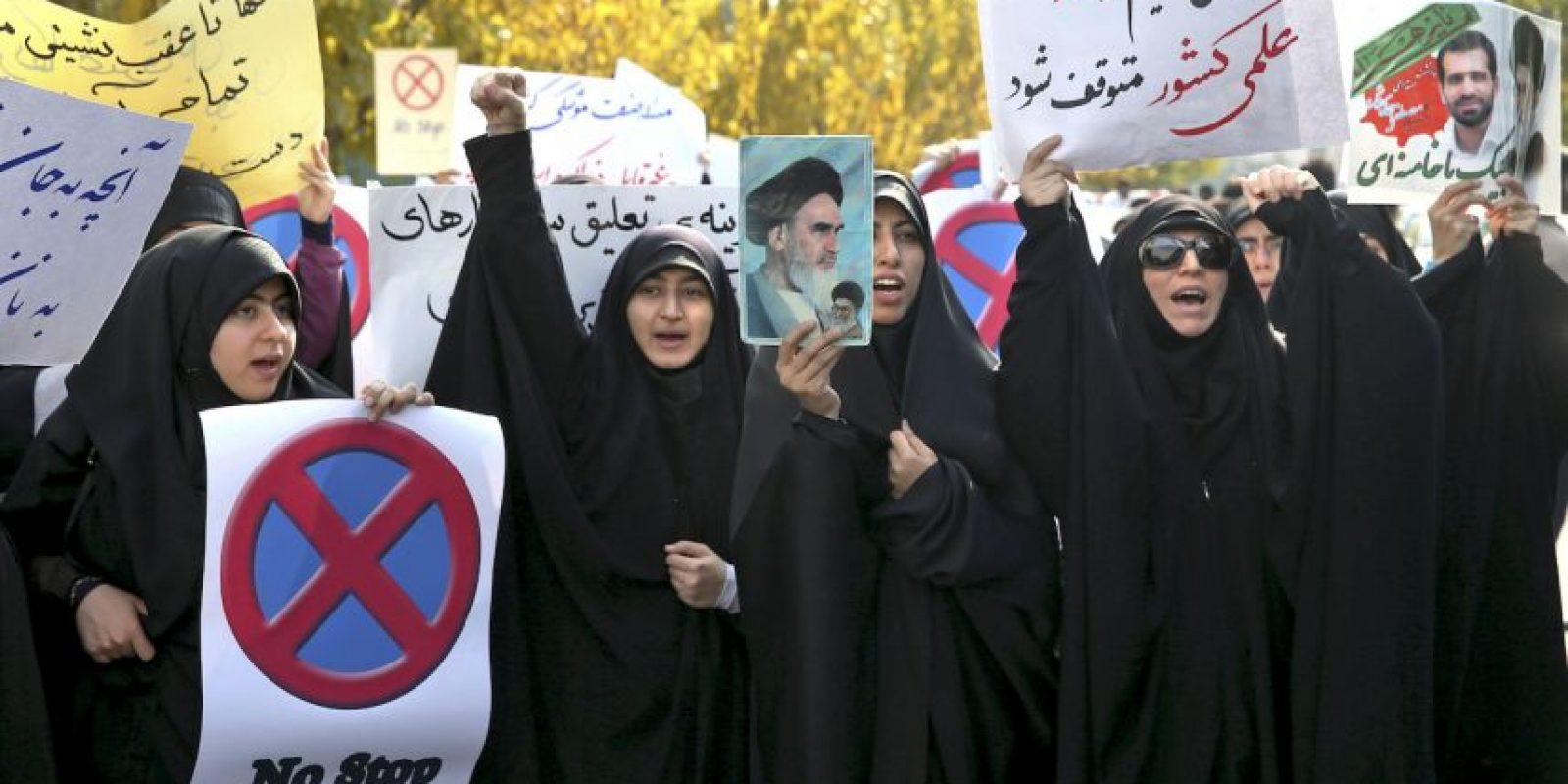 En Teherán, estudiantes iraníes coreaban consignas para mostrar su apoyo al programa nuclear de Irán. Foto:AP