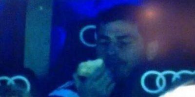 El arquero español la pasó muy mal cuando fue sentado por Diego López y prefirió comer una manzana Foto:Twitter: @juanfutbol