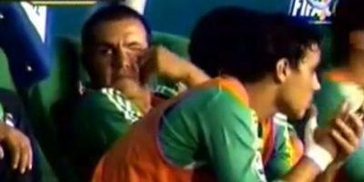Y cuando le tocaba estar en el banquillo se aburría demasiado Foto:Youtube: Azteca Deportes