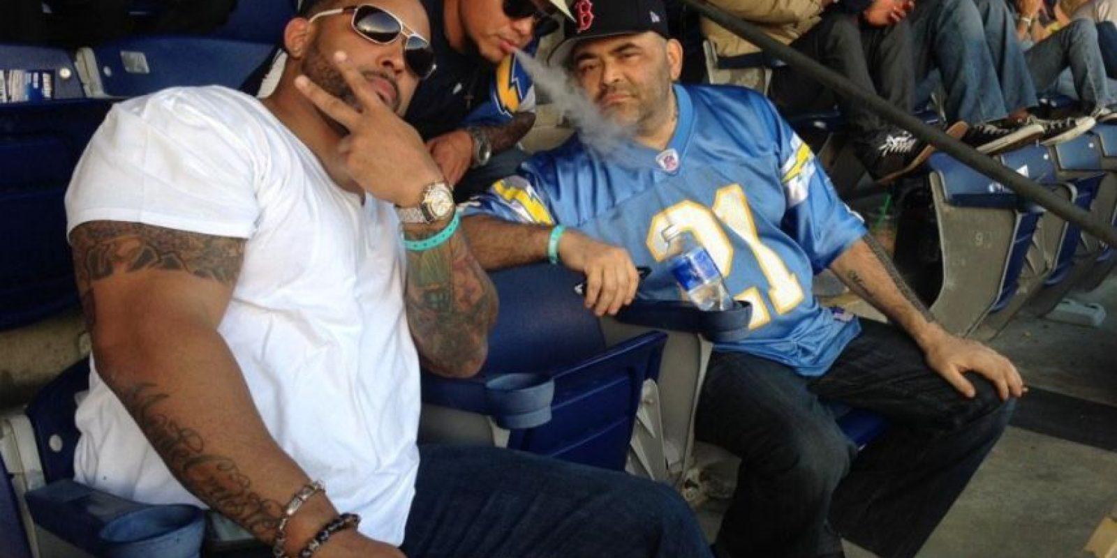 Rey Mysterio (centro), junto a los peleadores MVP y Konan Foto:Twitter: @Konnan5150