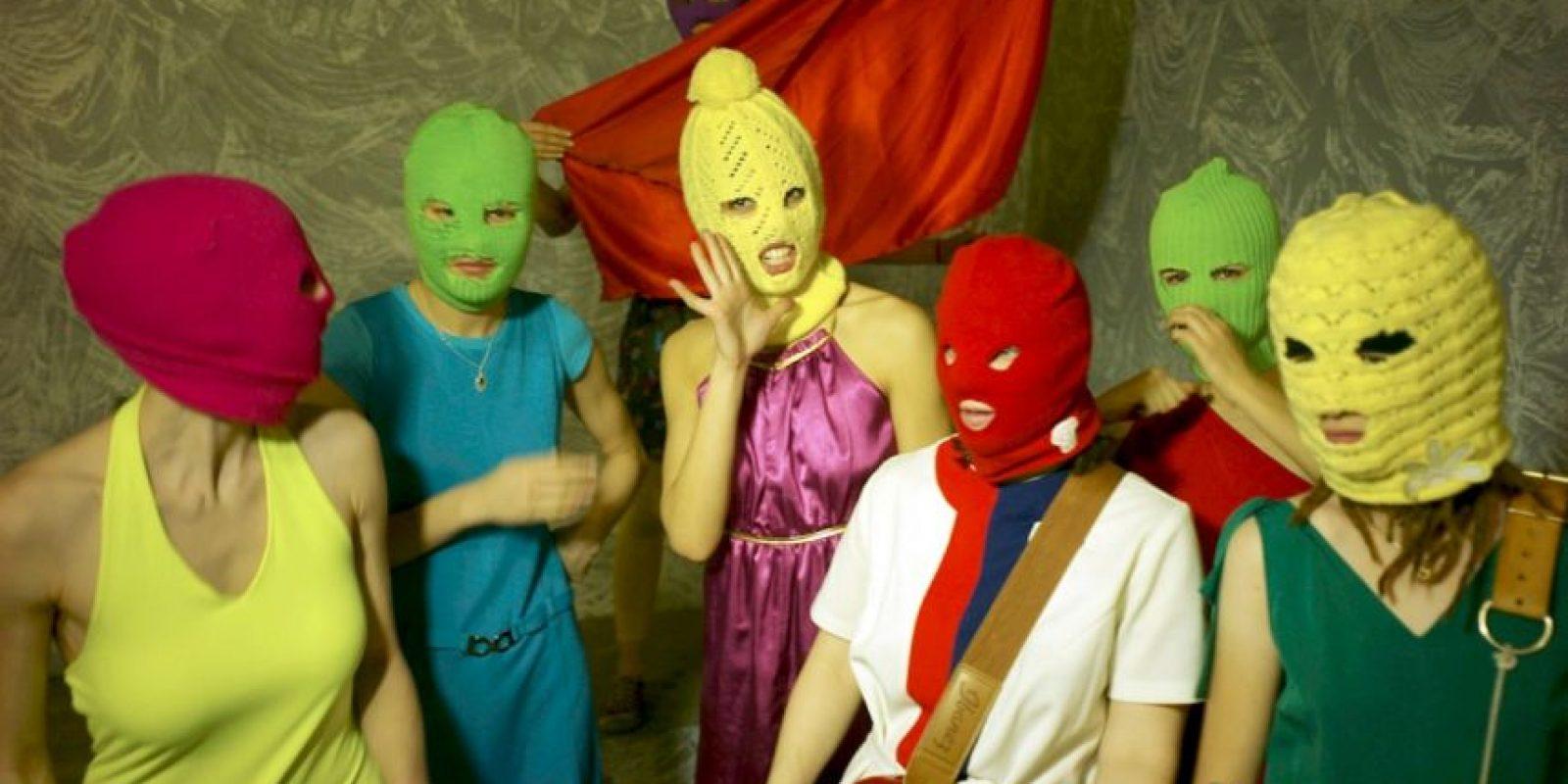 Pussy Riot: Este colectivo de punk feminista llamó la atención del mundo al tres de sus militantes ser arrestadas por cantar en una catedral contra el gobierno de Putin Foto:Wikipedia