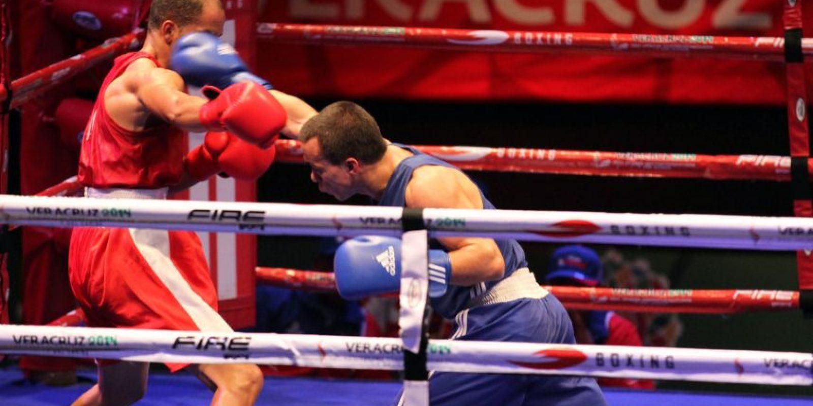 Juan Reyes golpea al dominicano Hérctor García. Foto:COG