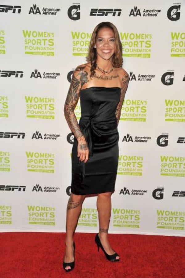 La futbolista estadounidense Natasha Kai tiene tatuajes en el abdomen, cuello, tobillo, pies; la mayoría son diseños tribales Foto:Getty