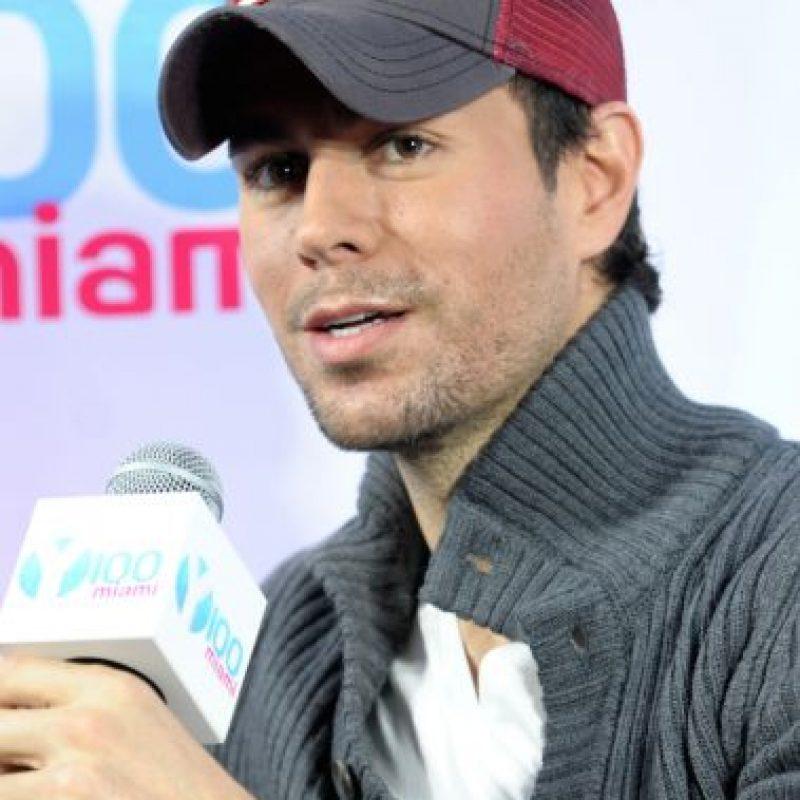 El cantante siempre lleva una gorra y su smartphone Foto:Getty Images