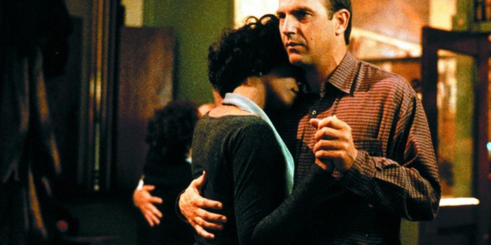 """De todos modos, sí los llegaron a molestar por la relación interracial y porque sobre todo, """"no había química"""" entre Houston y Costner. Al primer cuestionamiento, Kevin Costner solo respondió que era sencillamente, amor. En el segundo los respaldó la audiencia, que años después adoró verlos juntos. Foto:Warner Bros"""