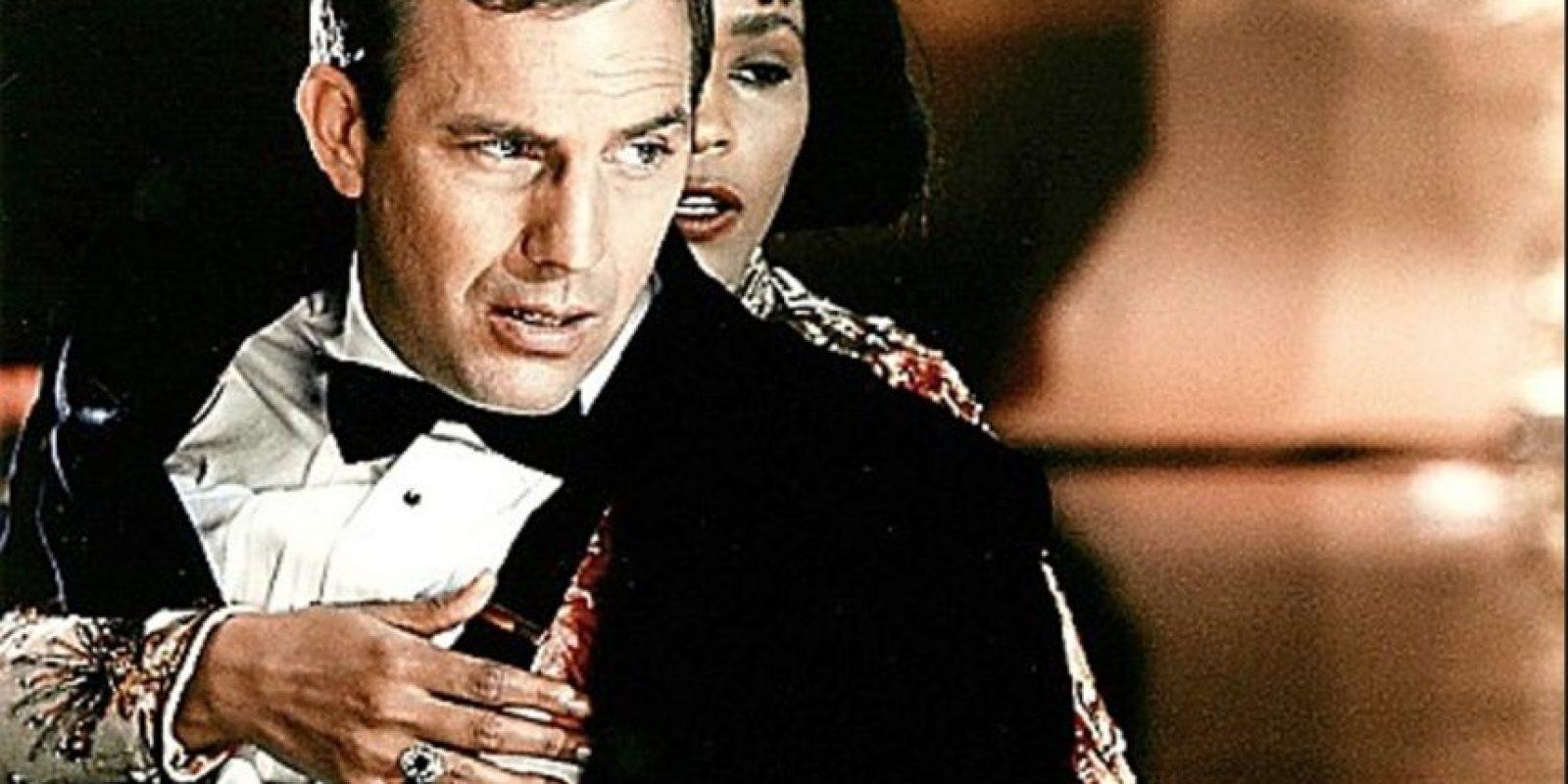 Whitney Houston tenía miedo de no saber actuar. En una entrevista para la Rolling Stone dijo que tenía miedo de no hacerlo bien ya que coprotagonizaba con Kevin Costner. Pero este la ayudó a hacer un buen trabajo actoral. Foto:Warner Bros