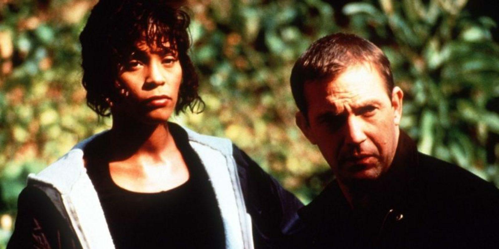 """Kevin Costner fue el que le sugirió a Whitney Houston cantar """"I will always love you"""". Otros dos temas que aparecen en la película fueron nominados al Óscar Foto:Warner Bros"""