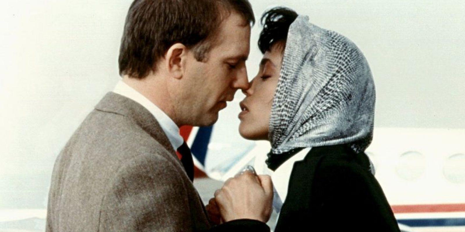 Su compañero sería Steve McQueen, pero aún en los años 70 era mal visto mostrar relaciones interraciales en el cine. Foto:Warner Bros