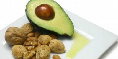 Aumentar el consumo de grasas monoinsaturadas tales como las almendras y el aguacate Foto:Mesientoguapa.com