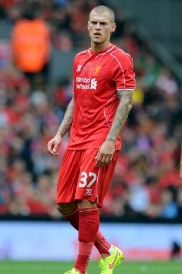 El defensa eslovaco del Liverpool tiene tatuajes en los bra zos y el dorso Foto:Getty