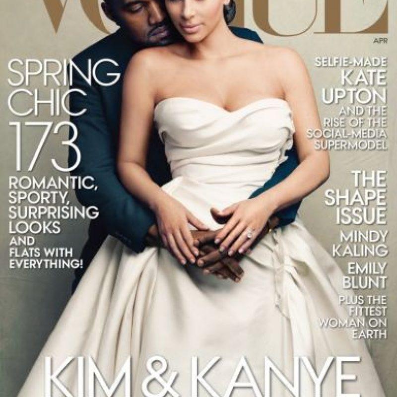 """Kim Kardashian, la socialité y """"antimoda"""", creó polémica al salir en portada con Kanye West este año. La edición se agotó. Foto:Vogue"""