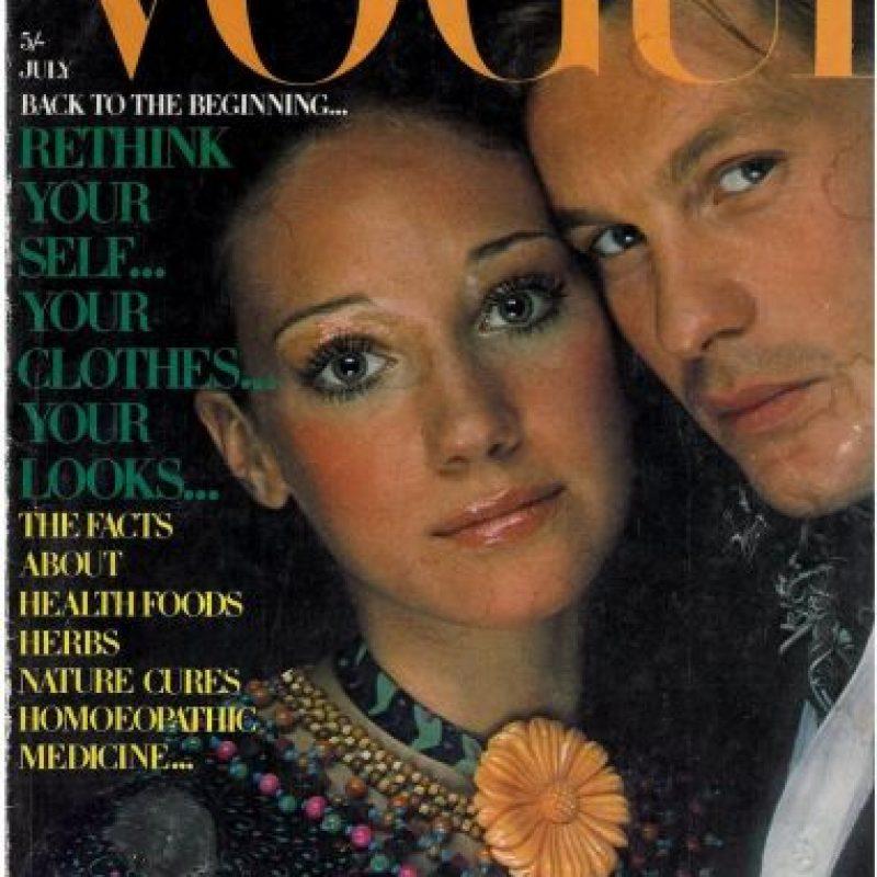 Helmut Berger y Marisa Berenson, en 1970. Berger fue el primer hombre en aparecer en una portada de la revista. Foto:Vogue