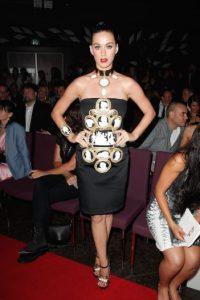 Posteriormente, Perry lució este vestido decorado con figuras de rostros blancos Foto:Getty Images