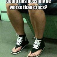 Sí, hay algo peor que los crocs. Foto:Poorly Dressed