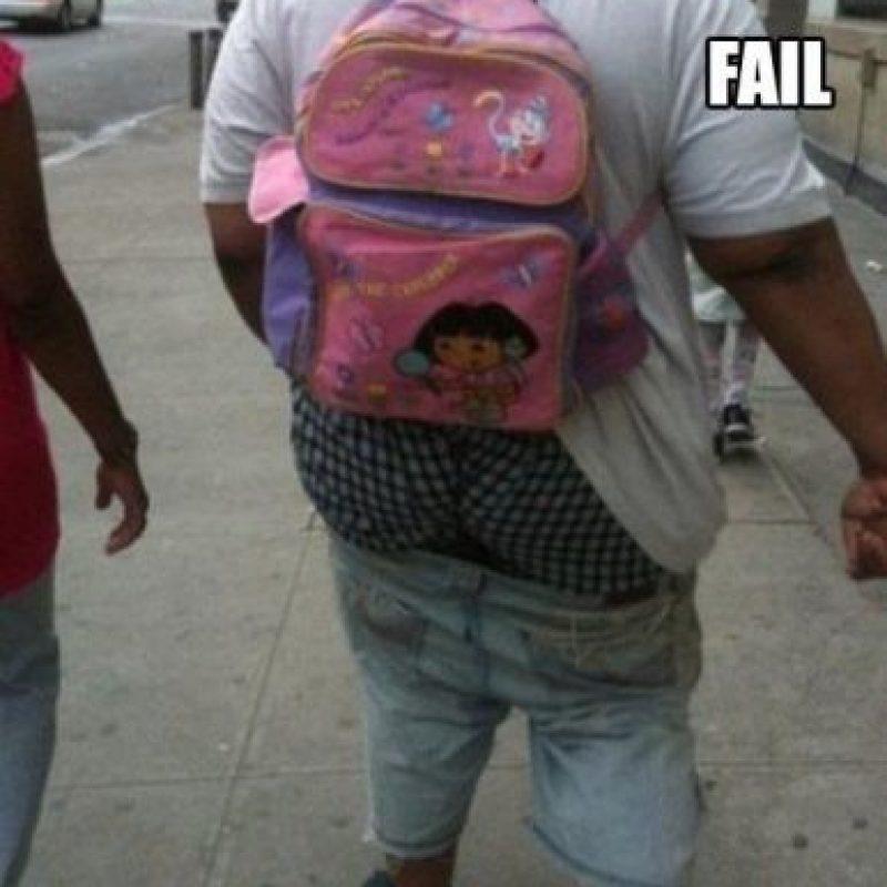 Los pantalones y la mochila de Dora son detalles de fina coquetería. Foto:Poorly Dressed