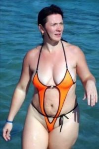 Ella eligió el bañador más chico del mercado. Foto:Poorly Dressed