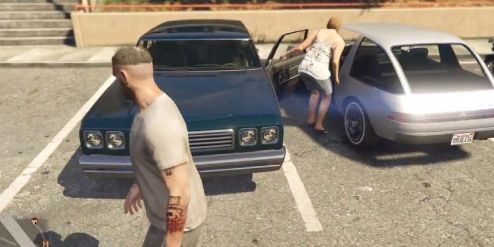 La mujer de igual forma encuentra dificultades para ingresar al automóvil. Foto:GTA V/ Rockstar Games / YouTube