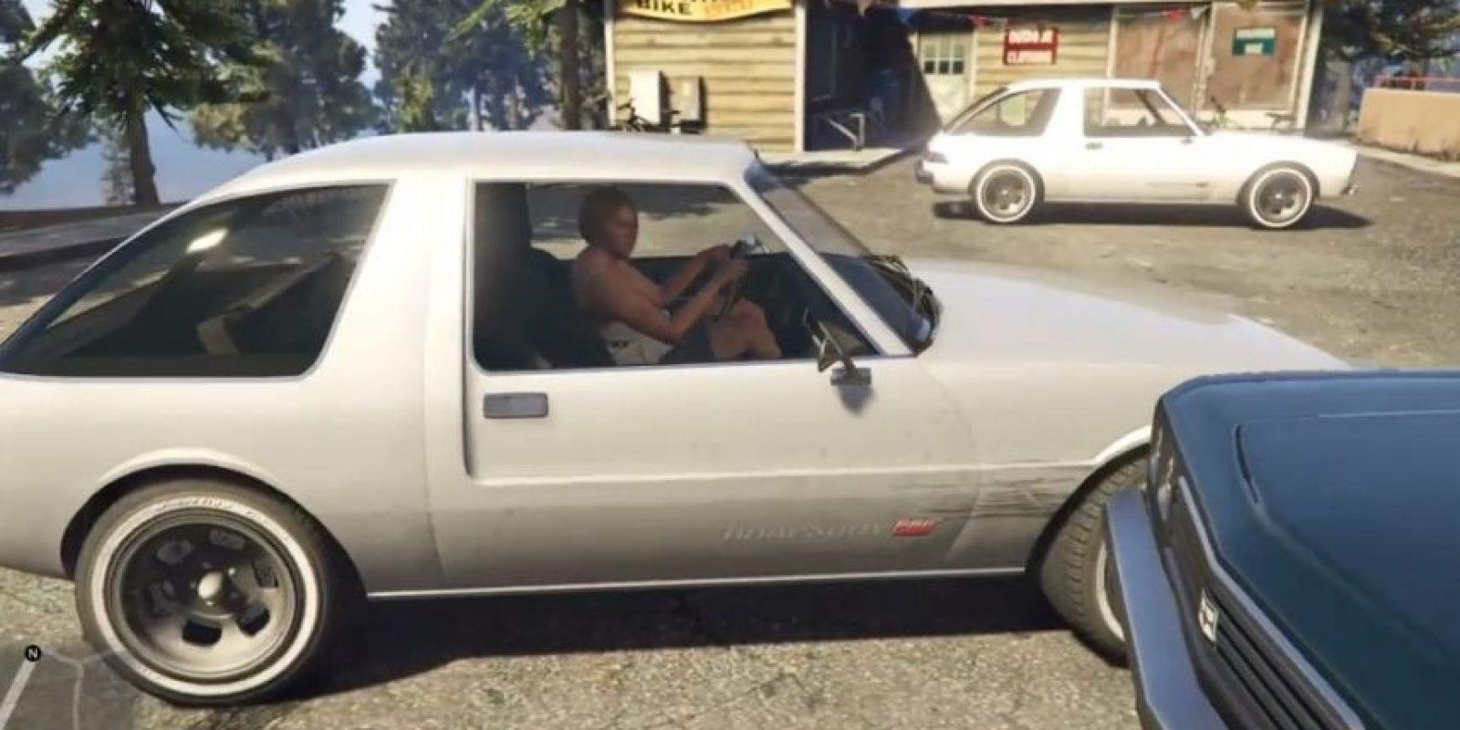 La mujer inclusive choca contra otro auto estacionado. Foto:GTA V/ Rockstar Games / YouTube